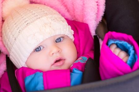 ritratto di bambina piccola in viola rosa sovracoperta e cappello Archivio Fotografico