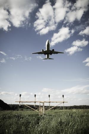 jetplane: Jet privato aereo affari vola contro il cielo blu con nuvole di sfondo tonica