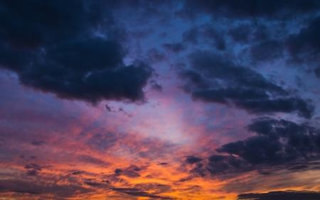 noche: cielo espectacular colorido con nubes al atardecer