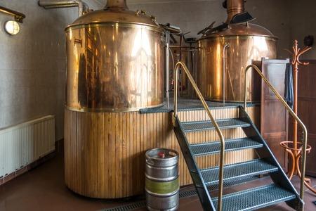 ビール醸造所で 2 つの伝統的な醸造船のライン。 写真素材