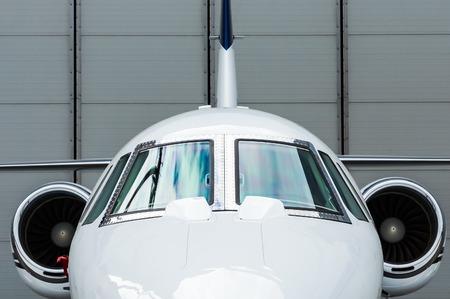 航空機: 青のトーンの飛行場での高級ビジネス プライベート ジェット飛行機 写真素材