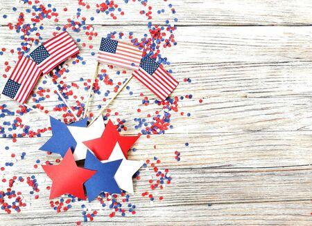 Día de la independencia americana, celebración, patriotismo y fiestas: banderas y estrellas en la fiesta del 4 de julio en la parte superior sobre fondo de madera