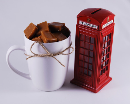 cabina telefono: cabina de teléfono y la taza con caramelo