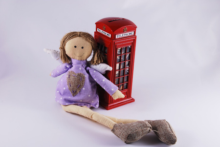 cabina telefono: niña de juguete y cabina de teléfono Foto de archivo