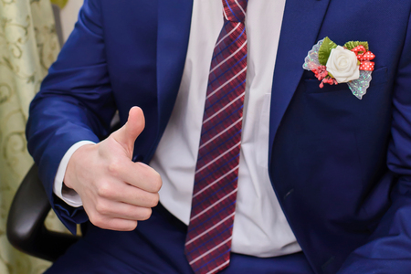 파란색 정장에 남자와 엄지 손가락 최대, 넥타이