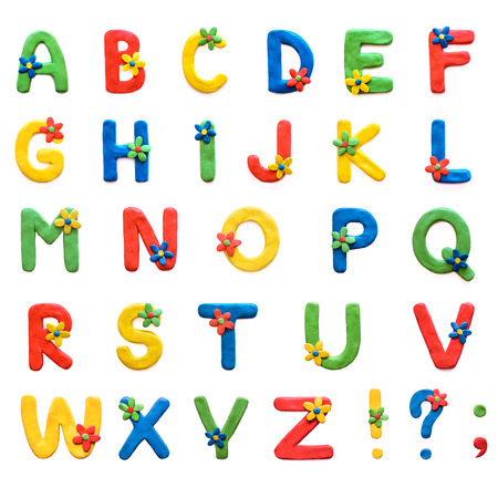 Pâte à modeler alphabet anglais AZ avec des couleurs, des signes de ponctuation, isoler sur fond blanc Banque d'images