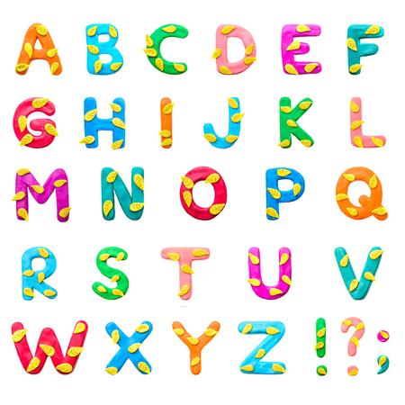 Alphabet anglais de couleur pâte à modeler AZ sur le thème de l'automne avec des feuilles jaunes, des signes de ponctuation, isoler sur fond blanc Banque d'images