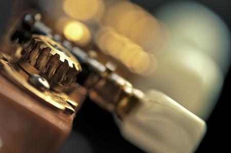 musica clasica: un magn�fico primer plano del mecanismo de afinaci�n de guitarra cl�sica clavijas ruedas dentadas ruedas