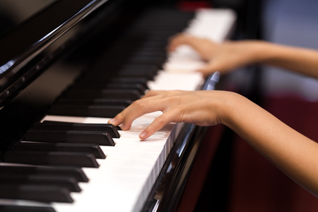 Playing piano with both hands Banque d'images