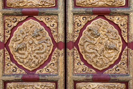 Golden dragon pattern on the gate