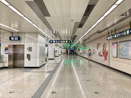 BEIJING - March 23: Subway Line 10 Caoqiao Station on March 23: 2019 in Beijing, China. Beijing Subway Line 10 Caoqiao Station Waiting hall. 写真素材 - 129183440