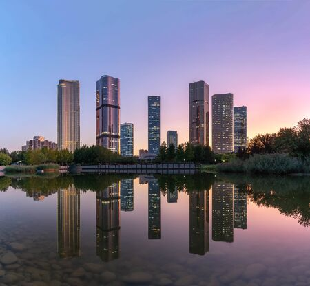 Lakeside modern office building reflection on the water 写真素材 - 140090046