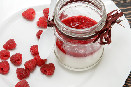 raspberry jelly: Panna cotta with raspberry jelly with fresh raspberries