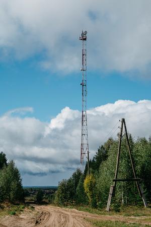 microondas: Torre celular en el bosque