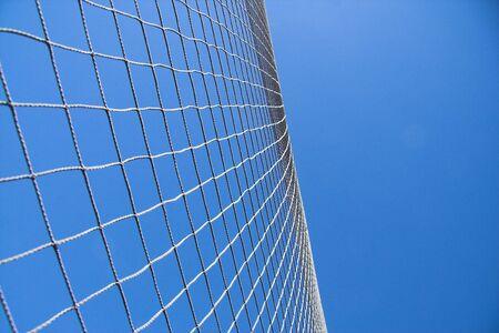 netting: Verrekening tegen de blauwe hemel achtergrond.