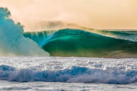 ノースショア、オアフ島、ハワイの世界有名なバンザイ パイプライン サーフィン波