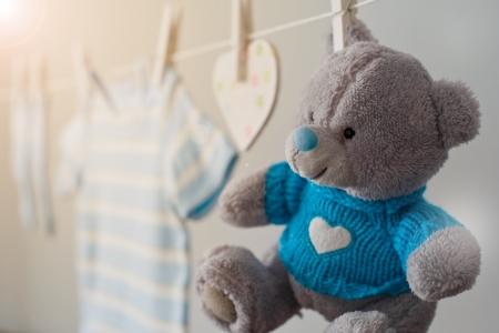 ropa colgada: ropa de beb� azul en el tendedero