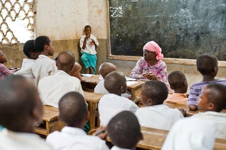 Niños africanos en la escuela en los mostradores en el aula Kenya