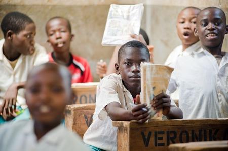 ni�os africanos: Ni�os africanos en la escuela en los mostradores en el aula Kenya