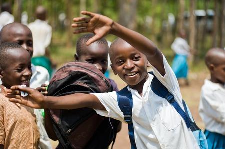 Les enfants africains à l'école aux comptoirs dans la salle de classe Kenya Banque d'images - 29477571