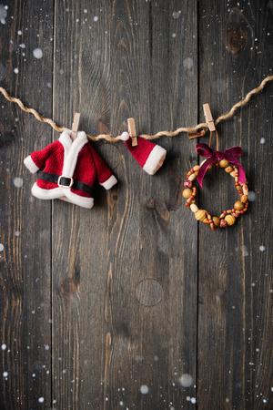 Santa Claus kleding en sieraden op de waslijn