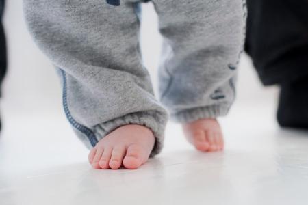 bebes lindos: pasos de beb� con la ayuda de su padre. fondo blanco