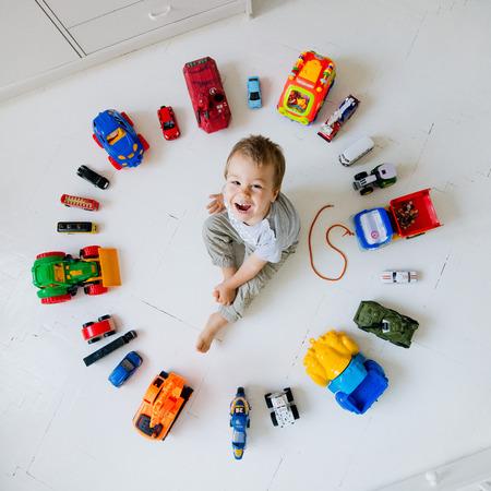 boy playing toy cars in a circle Standard-Bild
