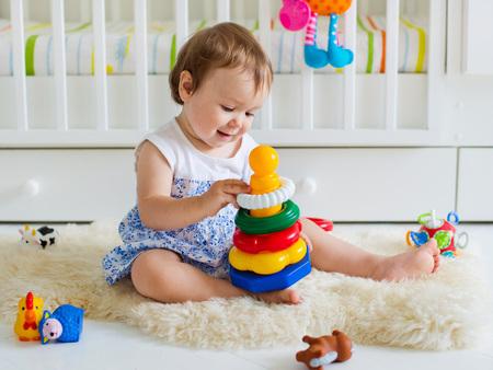 niñas pequeñas: niña jugando con el juguete educativo en el vivero