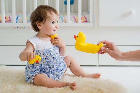 niña jugando con el juguete educativo en el vivero
