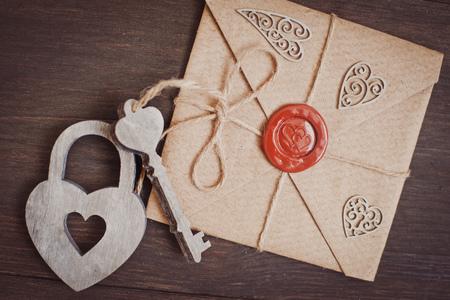 木製の背景に封印されたラブレター 写真素材