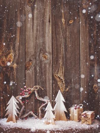 木製の背景をクリスマスの装飾 写真素材