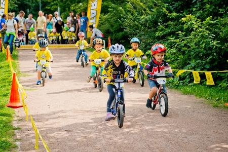 Rusia. Moscú. Parque Vorontsovsky el 21 de agosto. STRIDER CUB 2016. Carrera en la bicicleta de equilibrio