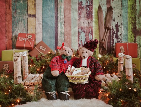 .Christmas scene - two teddy bears on a wooden bench in gifts new Year and the light of the Christmas tree lights Background for congratulations 版權商用圖片