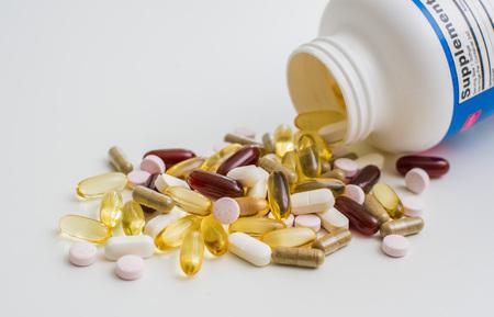 Vitamines, oméga 3, huile de foie de morue, complément alimentaire et comprimés un remblai sur fond clair en gros plan, la vue de dessus Banque d'images