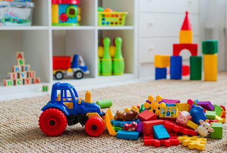 Sala de juegos para niños con juguetes de bloques educativos de plástico de colores. Piso de juegos para jardín de infancia de preescolares. habitación infantil interior. Espacio libre. maqueta de fondo