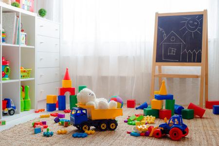 Salle de jeux pour enfants avec des jouets de blocs éducatifs colorés en plastique. Plancher de jeux pour la maternelle des enfants d'âge préscolaire. chambre d'enfant intérieure. Espace libre. maquette de fond