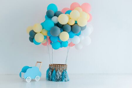 Festive blue balloons with basket on white background. Congratulations on the newborn. Children's birthday party. Free space for text. Baby boy. horizontal Standard-Bild - 129167941