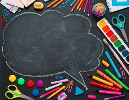 学校多彩多姿的用品,铅笔和一个拉长的云与文本的副本空间。概念回到新学年的学校。