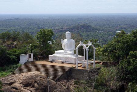 position d amour: White Bouddha dans Mihintale Banque d'images