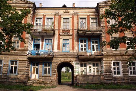 gusev: Vecchio edificio arrugginito sulla strada di Gusev, regione di Kaliningrad, Russia