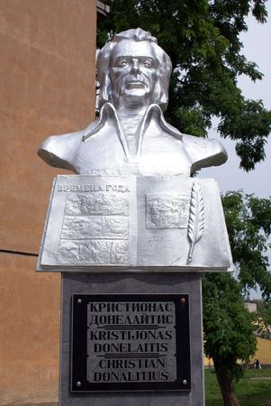 gusev: Monumento del poeta lituanian Donelaitis in Gusev, regione di Kaliningrad, Russia