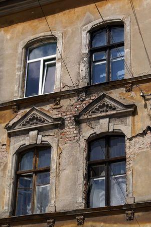 gusev: Windows di vecchia casa sulla strada di Sovetsk, Kaliningrad, Russia
