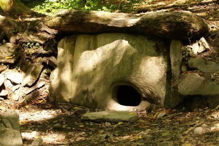 Dolmen dans la forêt près de Krasnaya Polyana, Sochi, en Russie  Banque d'images - 2058244