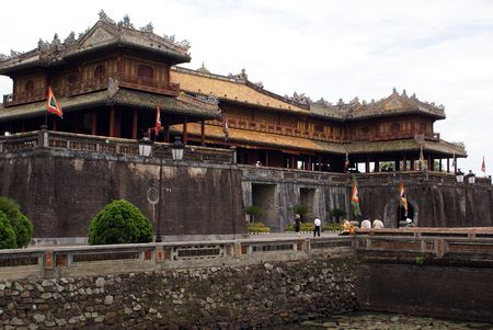 the citadel: Palazzo Reale e il fossato in cittadella Hue, Vietnam centrale