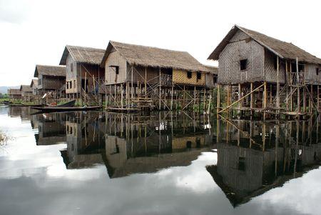 Myanmar: Maisons sur le canal, lac Inle, Etat Shan, au Myanmar