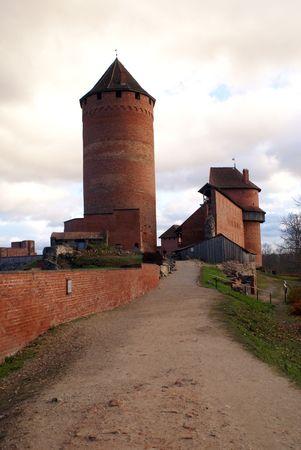 sigulda: Camino a la de ladrillo rojo en el castillo de Sigulda, Letonia