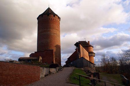 sigulda: Castillo de ladrillo rojo en Sigulda, cerca de Riga, Letonia Foto de archivo