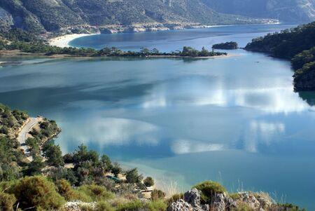 道路とオルデニズ (フェトヒイェ)、水の近く Fethie、トルコ 写真素材