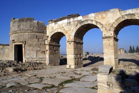 pamukkale: Old ruins of gate Hierapolis near Pamukkale, Turkey
