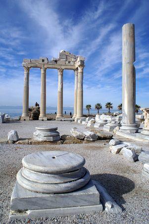 遺跡と側 nbear アンタルヤ、トルコの Athenatemple